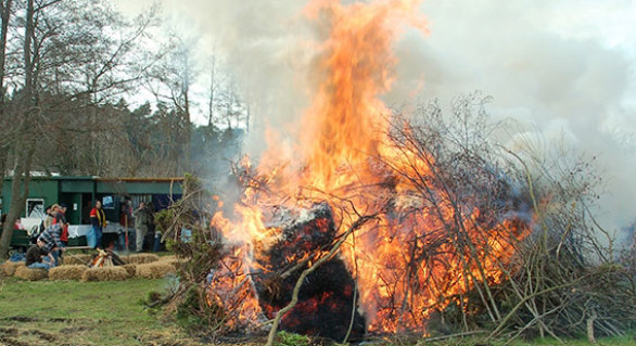 Traditionelles Osterfeuer am Angelsee